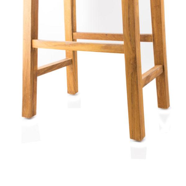 Adam är en stilren barstol i trä, teak, bekväm att sitta på vid köksön