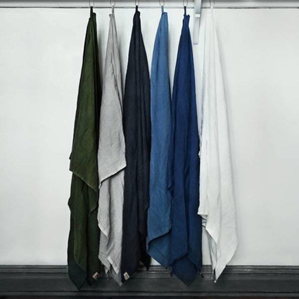 Miljöbild badlakan i 100% lin, hamam, neutral färgskala från vit till mörkblå