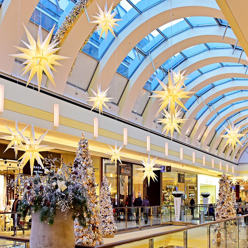 pappersstjärnor vit hängandes i taket i köpcentrum